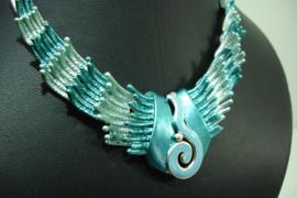 +[ 7126 ] Hals ketting 42 cm. Turkoois met Licht Blauw