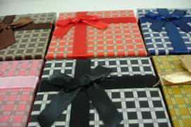 *[ 9294 ] Horloge doosjes mat geblokt   9 x 9 cm.  Assorti kleur, per 6 stuks
