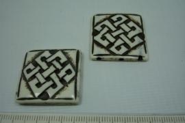 [5549 ] Been kraal met drie gaatjes, 28 x 28 mm. per stuk