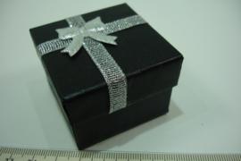 *[ 9377 ] Ringen doosje 5 x 5 cm. met Zilveren strik, per stuk