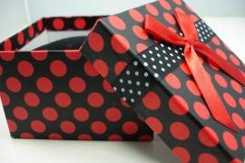 *[ 9124 ] Arm/Horloge doos 9 x 9 cm. Zwart met Rode srip, per stuk