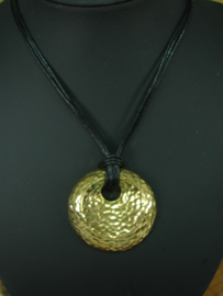+[ 6990 ] Goud kleur ronde hanger 5 cm. aan 3 koorden zwart leer