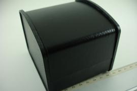 *[ 9297 ] Horloge doosje 9 x 10 cm. Wafelprint, Zwart kunst leer, per stuk