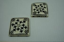[5548 ] Been kraal Vierkant met 3 gaatjes, 26 x 26 mm. per stuk