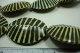 [ 10008 ] Zebra Pecten 46 x 38 x 13 mm. Green/Black, per streng