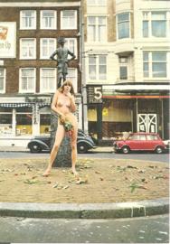 Amsterdam -Lieverdje met tulpen en 2 auto's