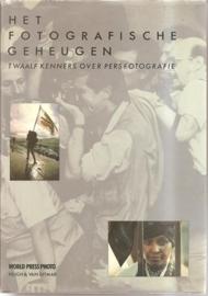 """Meijer, Emile (samenstelling): """"Het fotografische geheugen: twaalf kenners over persfotografie""""."""