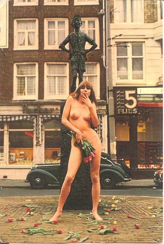 Amsterdam - Lieverdje met tulpen en fraaie auto