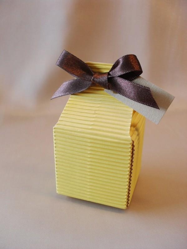 Vierkant doosje van geel ribbelkarton