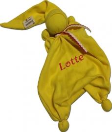 Duimpopje geel met geborduurde eigen naam en rood wit geel Oeteldonk strikje