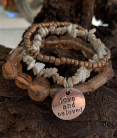 "Taupe armband 3 strengen met tekstbedel : ""love and beloved"""
