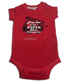 Baby rompertje rood met opruk brandweerauto en tekst papa's kleine brandweerman