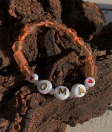 Taupe kleurige glaskralen armband met tekst : ' ♥OMA♥'