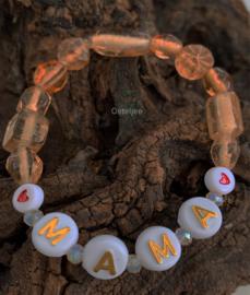 Taupe kleurige glaskralen armband met tekst : ' ♥MAMA♥'