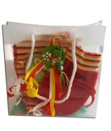 Oeteldonks cadeautasje met baby sjaal en rode wantjes