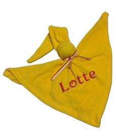 Duimpopje geel badstof met eigen geborduurde naam en rood wit geel Oeteldonk strikje