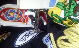 Carnavals emblemen laten stikken op jas/kiel