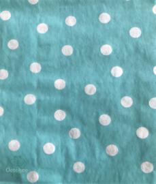 Verpakken in cadeauzakje azurblauw met witte stippen
