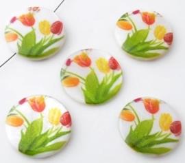 Parelmoer kralen plat rond versierd met tulpen ± 25mm (gat ± 1mm)