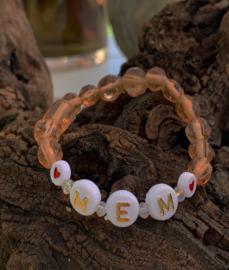 Taupe kleurige glaskralen armband met tekst : ' ♥MEM♥'