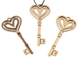 Metalen hanger/bedel sleutel met hartje bewerkt