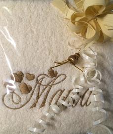 Badlaken ivoor met geborduurde tekst Mama en hartjes