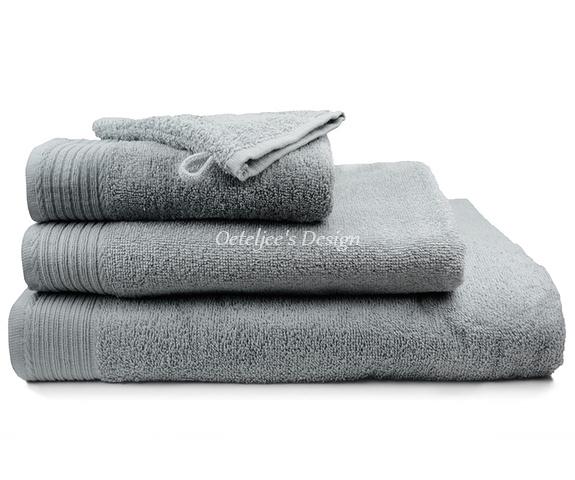Geborduurd badlaken met eigen naam of tekst licht grijs