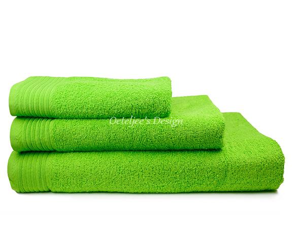 Geborduurd badlaken met eigen naam of tekst lime