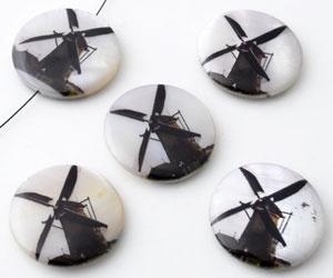 Parelmoer kralen plat rond versierd met molen ± 25mm (gat ± 1mm)