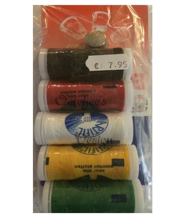 Pakketje naaigaren Oeteldonkse kleuren, naalden en vingerhoedje