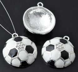 Metalen hanger voetbal met epoxy en strass ± 31x26mm (oogje ± 2,5mm)