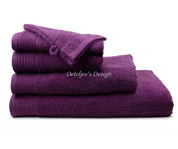 Geborduurde handdoek met eigen naam of tekst plum