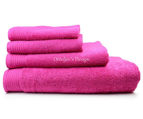 Geborduurd badlaken met eigen naam of tekst magenta