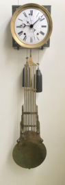 Antieke comtoise met schaargang, datum en seconde