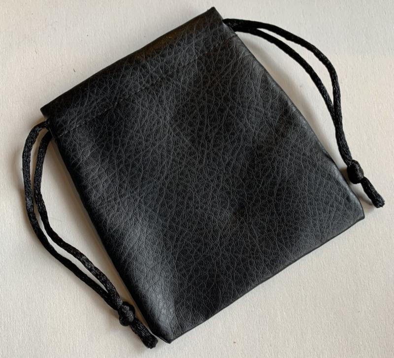 Z02 Zwart imitatieleren zakje voor kloksleutels of steentjes