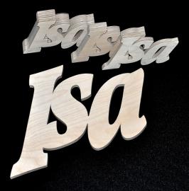 Namen en letters uit hout berkenmultiplex, afm. hoog 10 en 6 cm. gekleurd. 9 mm dik.