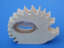 Sparbüchse Spardose Modell Igel mit eigenem Namen aus Holz als Mutterschaftsgeschenk.