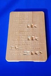Tekst gegraveerd in snijplanken van hout.