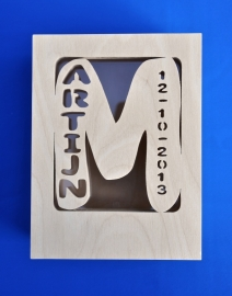 Sparbüchse Spardose Modell Martijn mit eigenem Namen aus Holz als Mutterschaftsgeschenk.