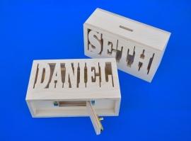 Sparbüchse Spardose Modell Mick mit eigenem Namen aus Holz als Mutterschaftsgeschenk.