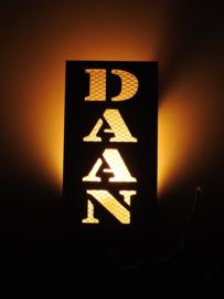 Wandlamp of bureau lamp verticaal met eigen naam.