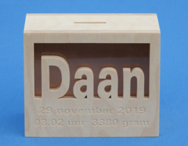 Sparbüchse Spardose Modell Rechteck mit eigenem Namen aus Holz als Mutterschaftsgeschenk.