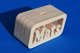 Sparbüchse Spardose Daan XL mit eigenem Namen aus Holz als Mutterschaftsgeschenk.