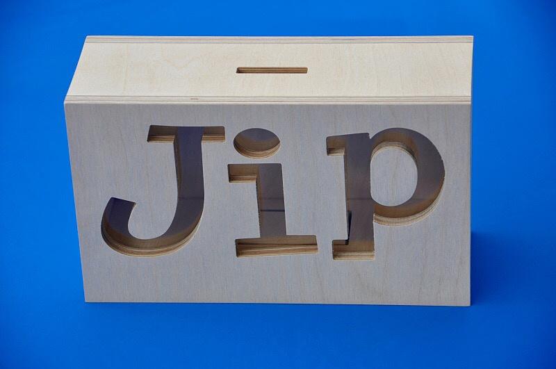 Spaarpot van hout met eigen naam model JIP.
