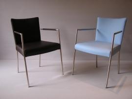 SINGLE geheel met leder bekleed  Met luxe arm legger geeft de stoel een uniek en lekker zitcomfort.