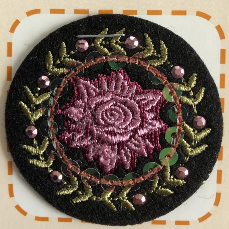 Applicatie bloem met pailletten en kralen