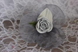 Grijs roosje op organza