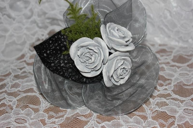 Boeketje drie roosjes in grijs.