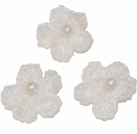Gehaakt bloemetje met pareltje 10 mm