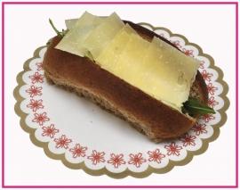 Broodje met oude biologische boeren kaas.